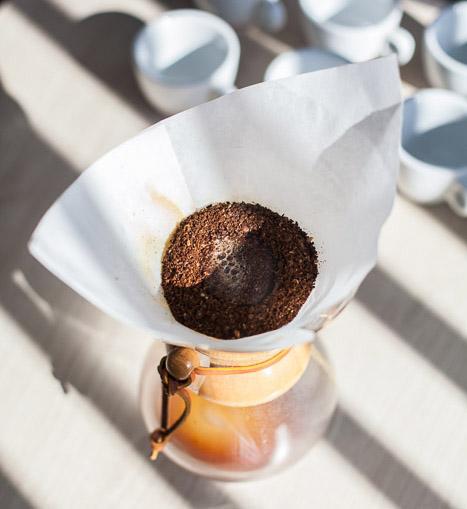Użyj świeżo zmielonej kawy by uzyskać pełnie smaku i aromatu