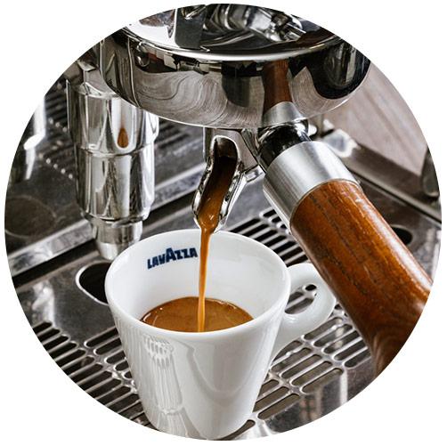 Kawa Lavazza parzona w ekspresie kolbowym