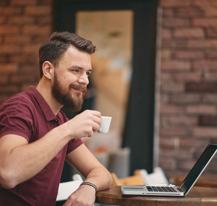 Człowiek pije kawę w biurzę
